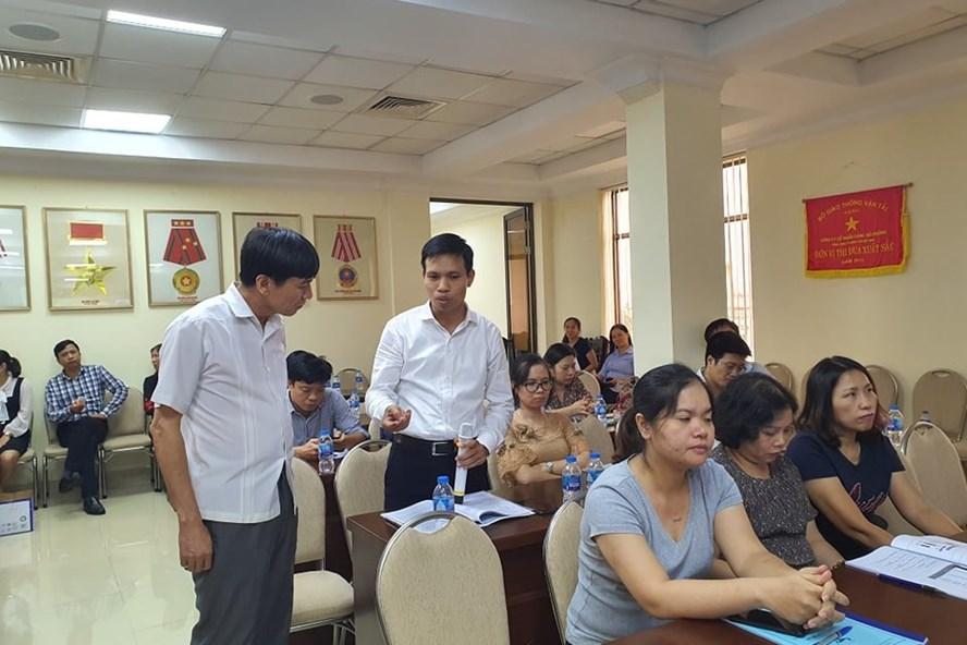 Chuyên gia của Tổng LĐLĐVN (bên trái) trao đổi với cán bộ công đoàn về Bộ luật Lao động. Ảnh: Chu Linh