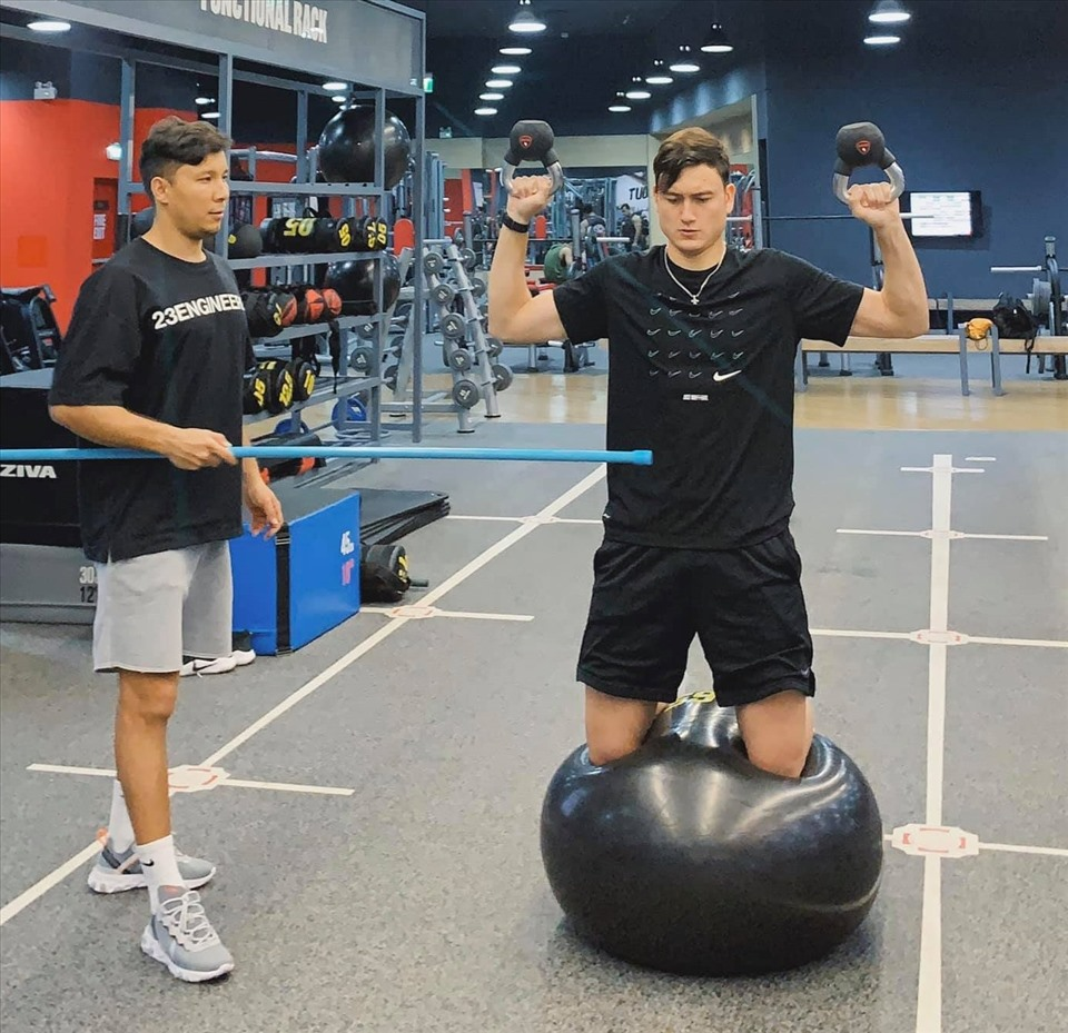 Đặng Văn Lâm (phải) tập luyện chăm chỉ trong phòng gym. Ảnh: FBNV