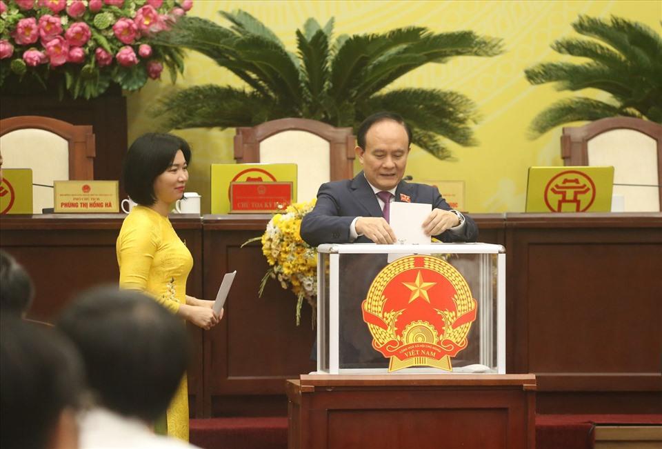 Các đại biểu bỏ phiếu tại kỳ họp. Ảnh: Q. Hùng