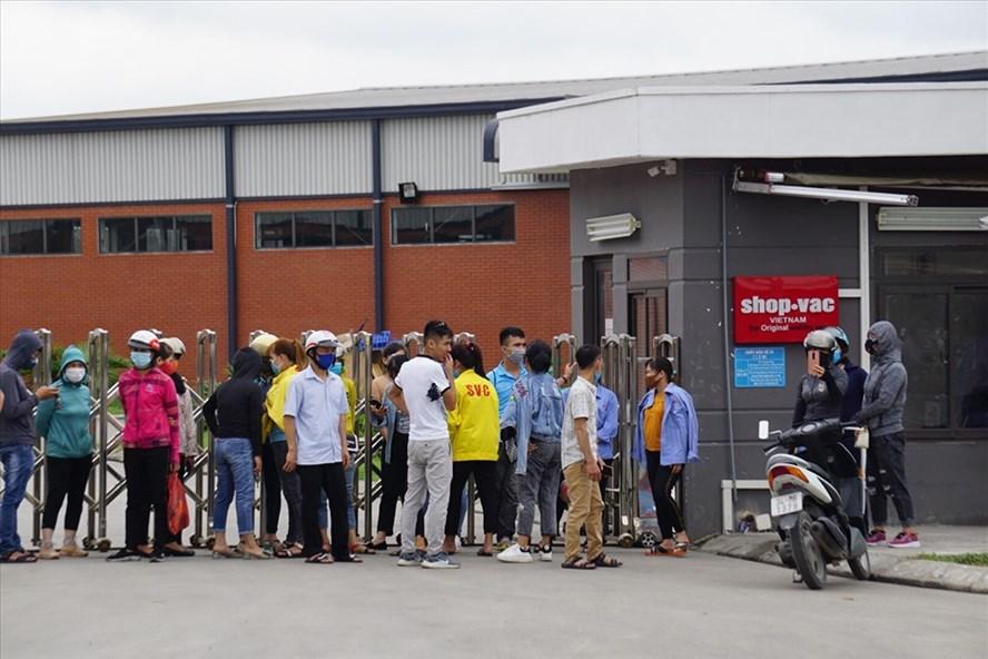 Người lao động Công ty TNHH Shop Vac Việt Nam (tỉnh Hải Dương) lo lắng trước nguy cơ mất việc. Ảnh: HH