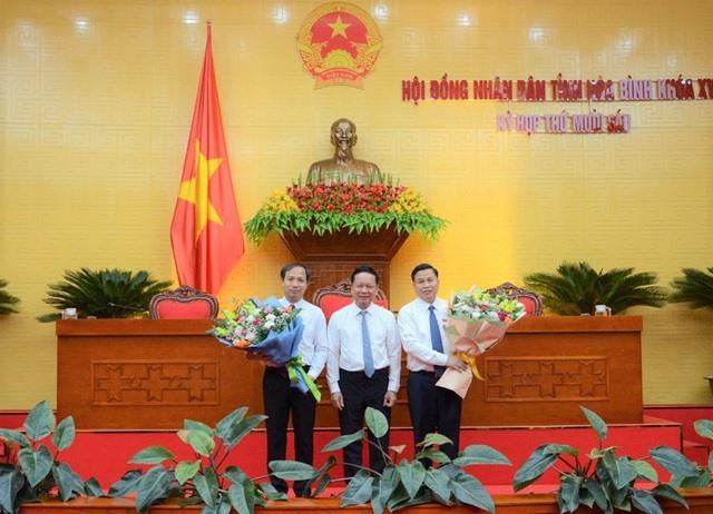 Ông Bùi Văn Tỉnh, Bí thư Tỉnh ủy Hòa Bình tặng hoa chúc mừng 2 Phó Chủ tịch UBND tỉnh Hoà Bình. Ảnh VGP