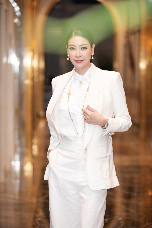 Thành viên Ban giám khảo - Hoa hậu Hà Kiều Anh xinh đẹp trong sắc trắng. Ảnh: HHVN.