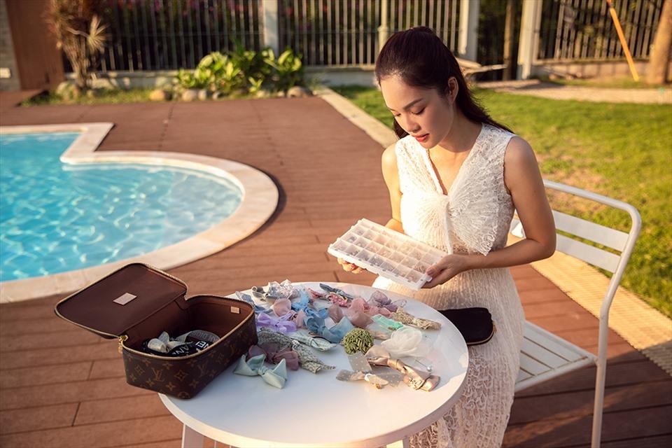 Nữ diễn viên Dương Cẩm Lynh luôn tự tay chuẩn bị những món đồ cho vai diễn. Ảnh:  Trịnh Kim Điền.