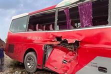 Hà Nội: Xe 45 chỗ đưa đón học sinh va chạm tàu hoả, nhiều em bị thương