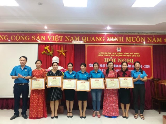 Trao giấy khen của LĐLĐ huyện Lộc Hà. Ảnh: CĐ.