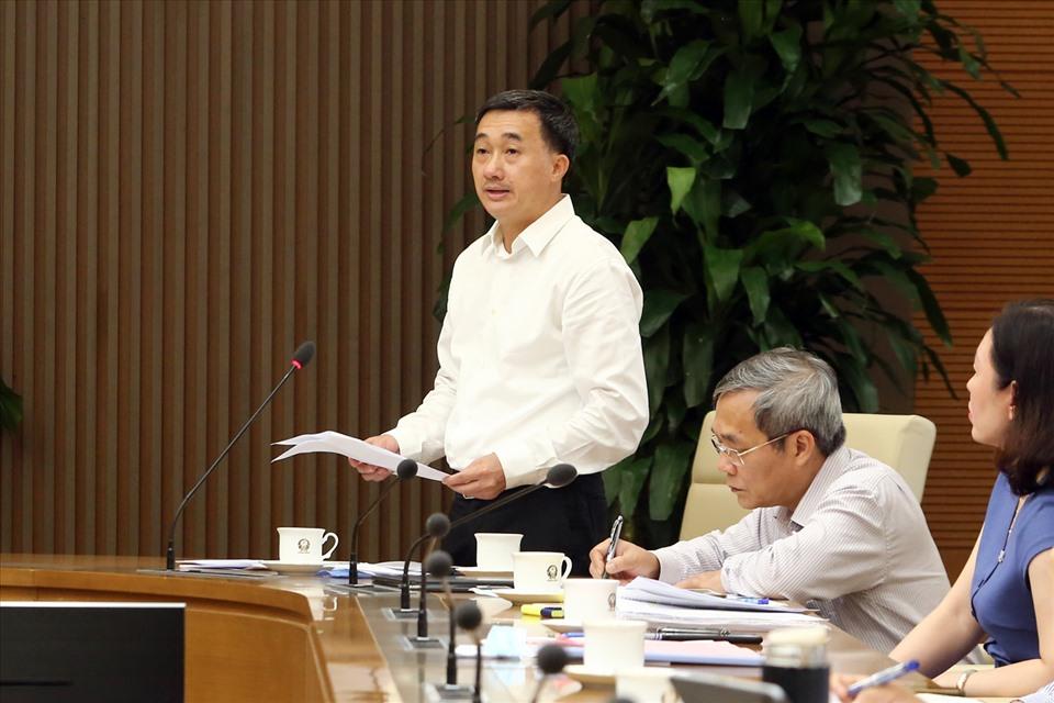 Thứ trưởng Bộ Y tế Trần Văn Thuấn trao đổi về một số nội dung về chiến lược xét nghiệm COVID-19 mới. Ảnh: VGP/Đình Nam