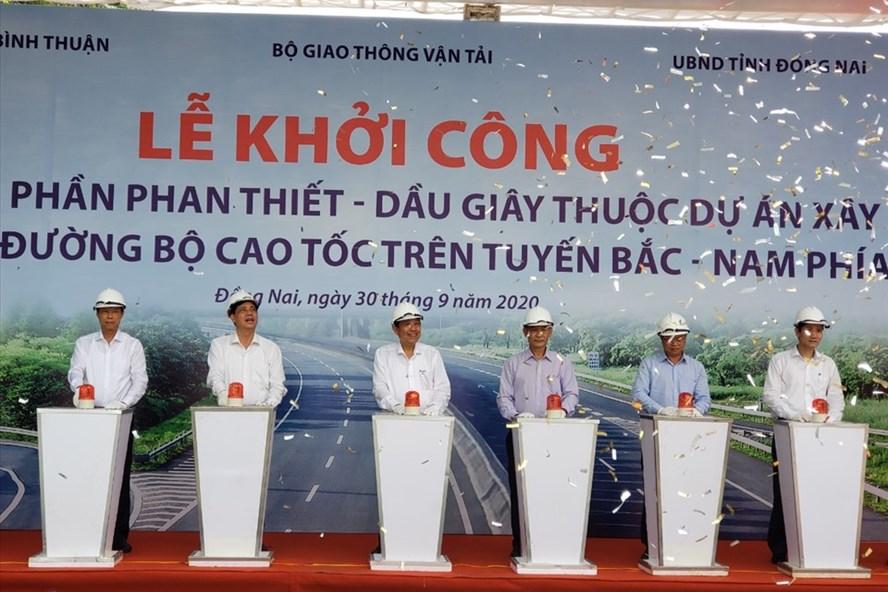 Phó Thủ tướng Thường trực Chính phủ Trương Hoà Bình bấm nút khởi công dự án. Ảnh: Minh Châu