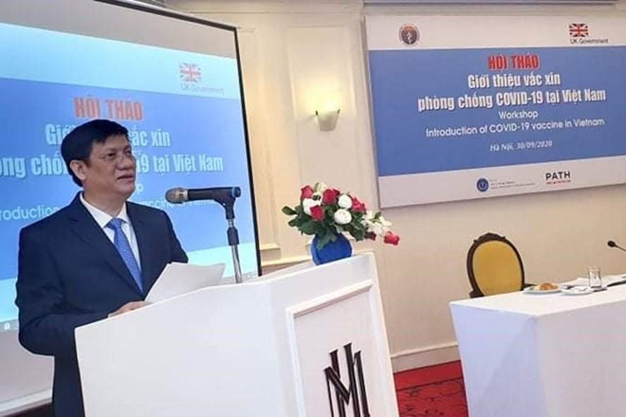 Quyền Bộ trưởng Bộ Y tế Nguyễn Thanh Long phát biểu tại hội thảo giới thiệu vaccine COVID-19. Ảnh: BYT cung cấp