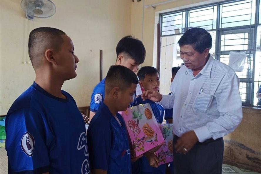 Phó chủ tịch UBND tỉnh Bạc Liêu Vương Phương Nam trao quà  cho trẻ khuyến tật. Ảnh Nhật Hồ.