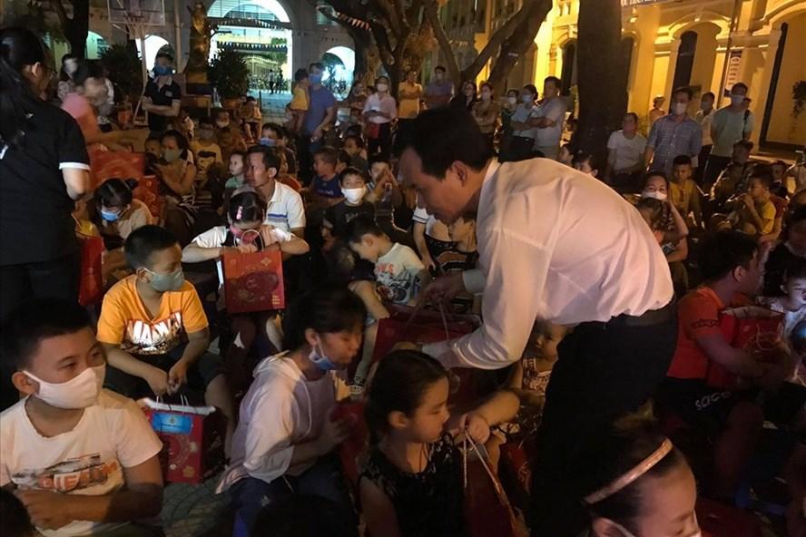 Ông Nguyễn Duy Minh, Chủ tịch LĐLĐ TP.Đà Nẵng tặng quà Trung thu cho con em lao động quận Hải Châu. Ảnh: Hải Minh