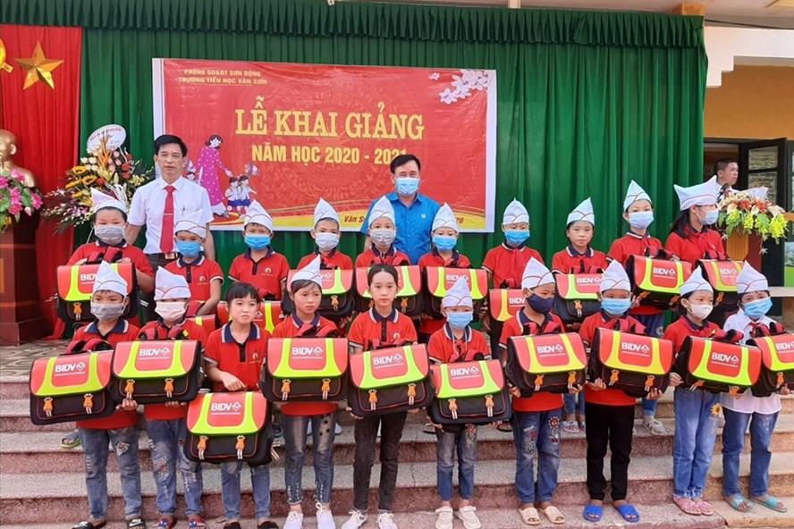Các đồng chí lãnh đạo trao cặp phao cứu sinh tại trường Tiểu học Vân Sơn (huyện Sơn Động). Ảnh: Nguyễn Thị Mơ.