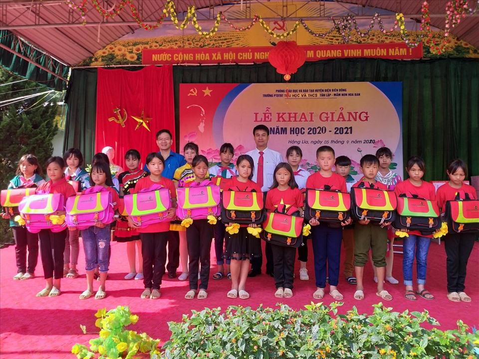 Đồng chí Lê Thanh Hà trao cặp phao cho các em học sinh vùng sâu, vùng xa dịp khao giảng năm học mới. Ảnh: Trần Nga