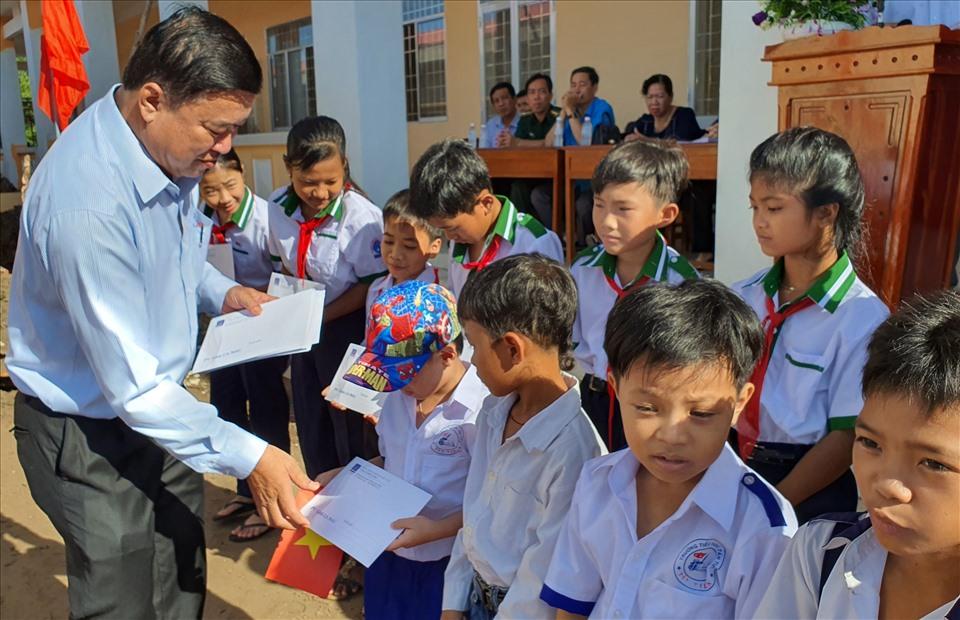 Đồng chí Võ Thanh Tòng, Chủ tịch LĐLĐ Cà Mau trao học bổng cho học sinh (ảnh Nhật Hồ)