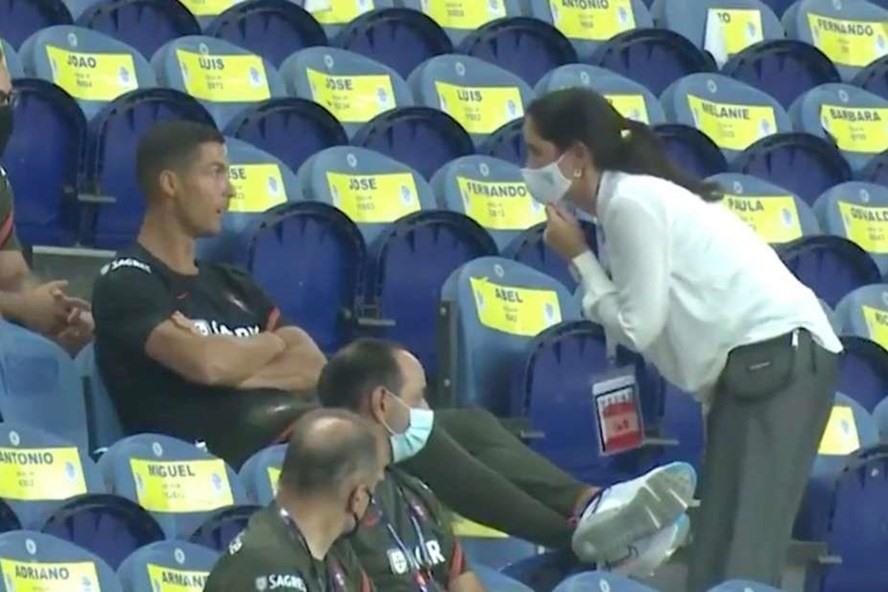 Ronaldo bị nhắc nhở vì không đeo khẩu trang. Ảnh: Givesport