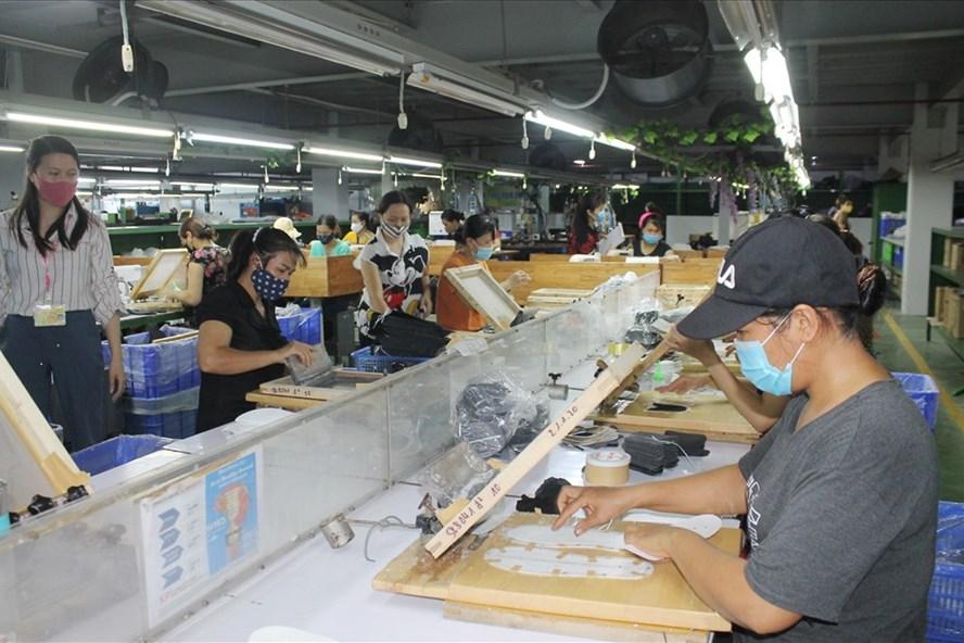 Công ty TNHH Phong Mậu bảo đảm đơn hàng, duy trì sản xuất đến hết tháng 10.2020. Ảnh: MD
