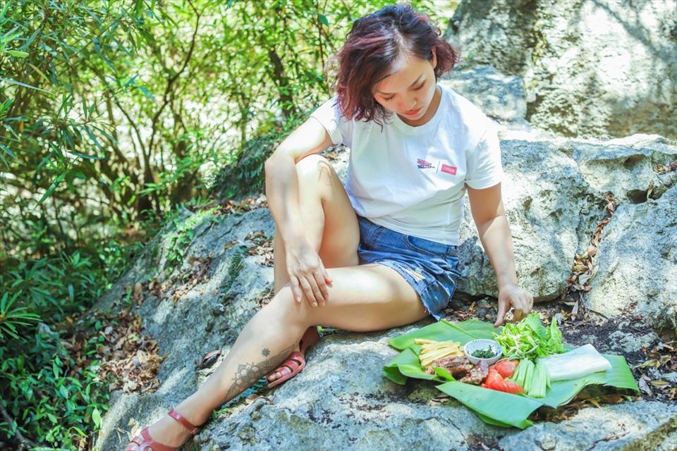 Nữ ca sĩ Thái Thùy Linh giới thiệu ẩm thực Việt Nam tại Phong Nha - Kẻ Bàng. Ảnh: NVCC.