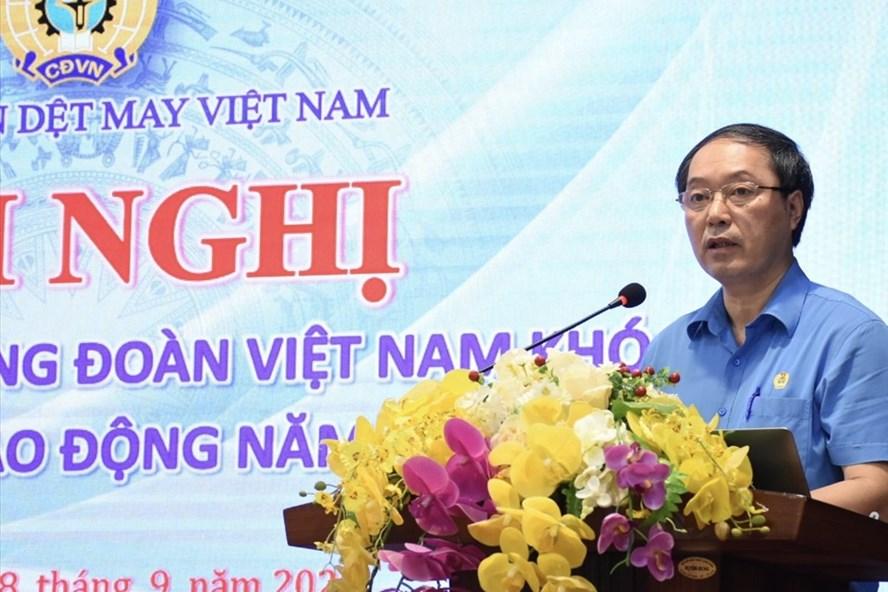 Chủ tịch Công đoàn Dệt may Việt Nam Lê Nho Thướng trao đổi tại lớp tập huấn ngày 8.9. Ảnh: CĐ DMVN