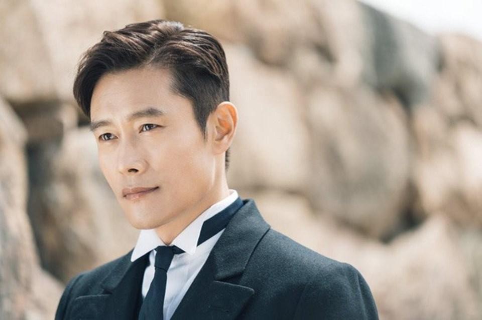 Lee Byung Hun được xem là quý ông may mắn bậc nhất vì giữ được gia đình hạnh phúc sau scandal chấn động Châu Á (Ảnh: Cắt từ phim).)