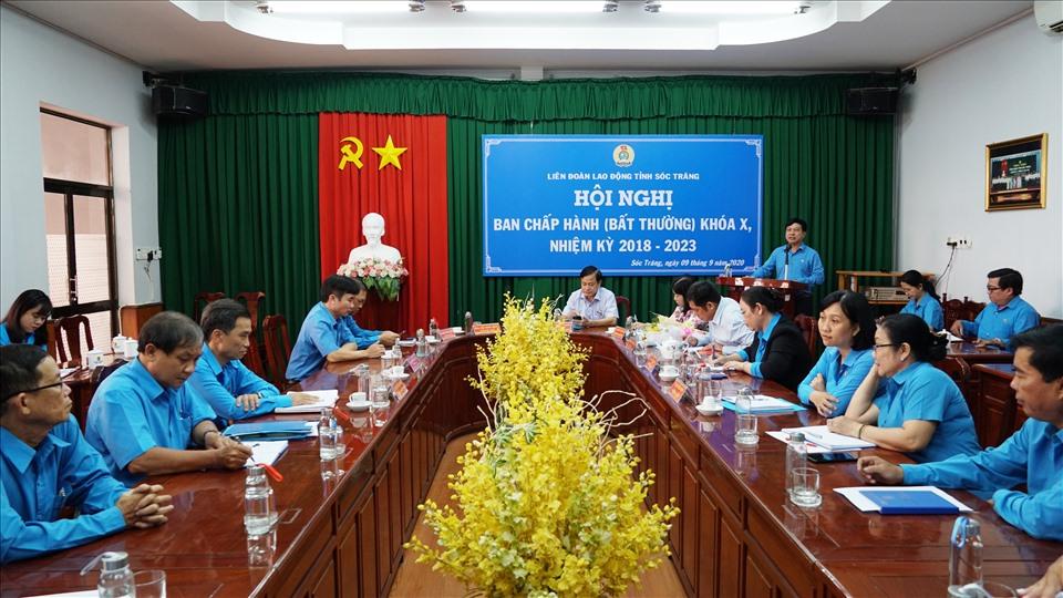 Đồng chí Vũ Anh Đức phát biểu chúc mừng đồng chí Nguyễn Thanh Sơn. Ảnh: Trường Khoa