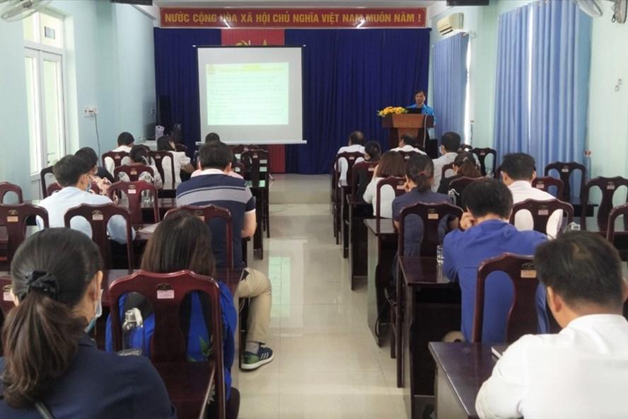 Buổi tập huấn Điều lệ CĐ Đoàn Việt Nam và những điểm mới của Bộ luật Lao động năm 2019 tại Quảng Ngãi. Ảnh: Xuân Quang