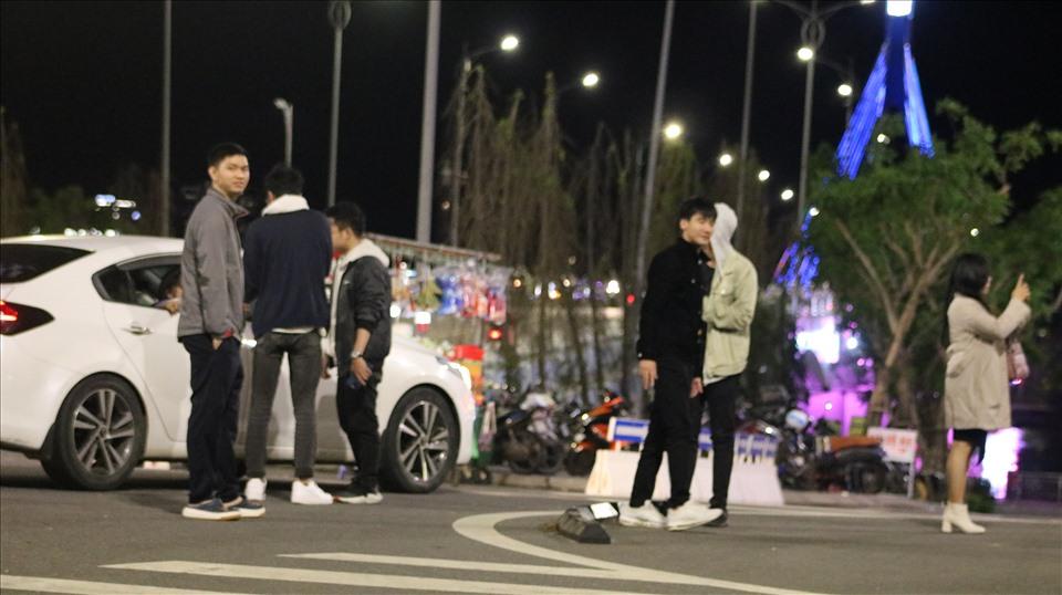 Người dân vô tư đỗ xe trên cầu để chụp ảnh bất chấp việc vi phạm luật giao thông. Ảnh Đ.D