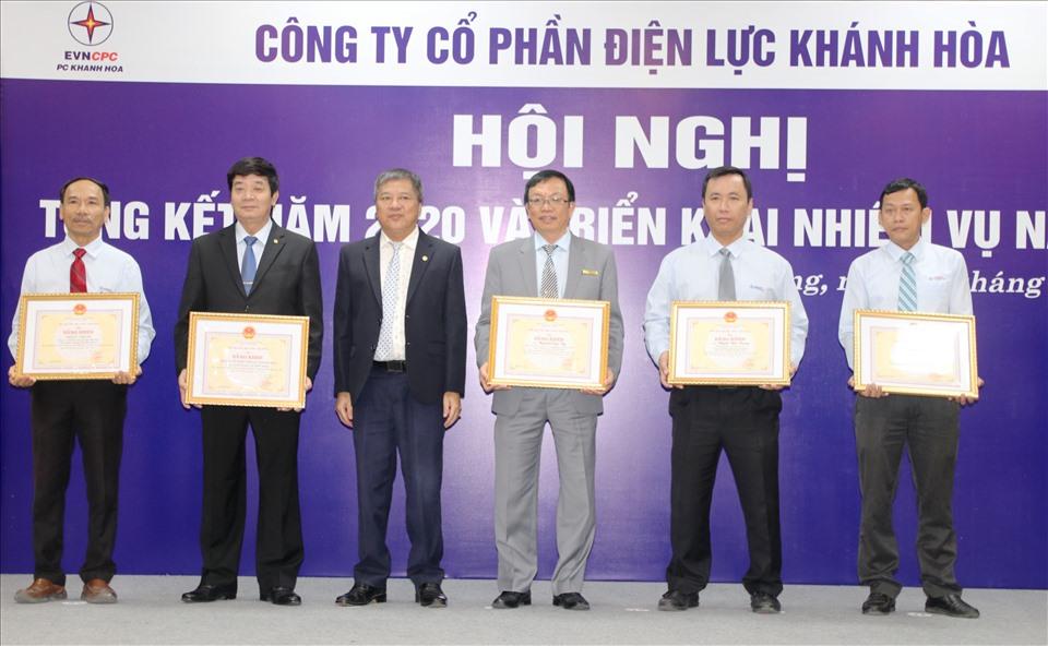 2 Tập thể và 3 cá nhân của PC Khánh Hòa nhận bằng khen của Bộ Công thương. Ảnh: Phương Linh
