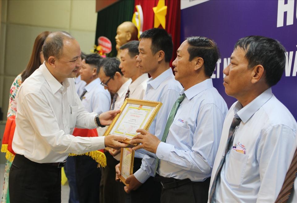 23 cán bộ, công nhân lao động PC Khánh Hòa được trao bằng Lao động sáng tạo cấp Cty. Ảnh: Phương Linh
