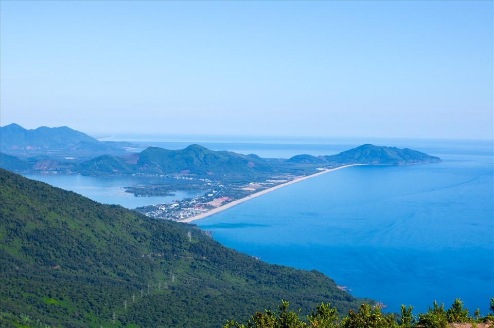 Bán đảo Sơn Trà nhìn từ đèo Hải Vân. Ảnh: Đ.D