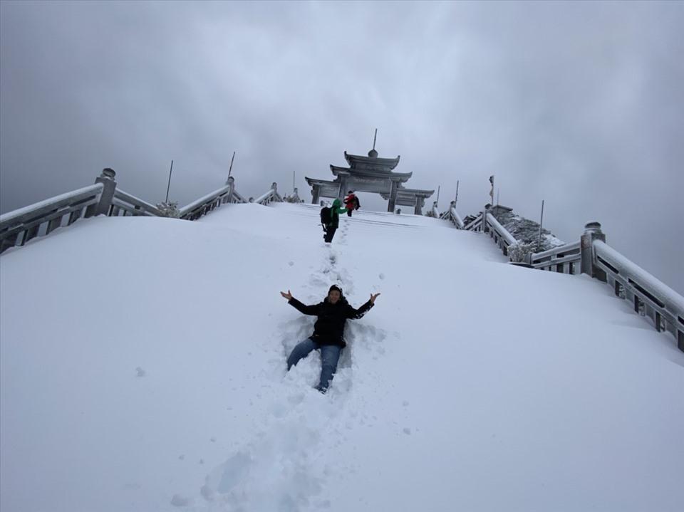 Một số du khách tranh thủ lên ngắm cảnh và thích thú vui chơi giữa trời tuyết. Ảnh: Sun.