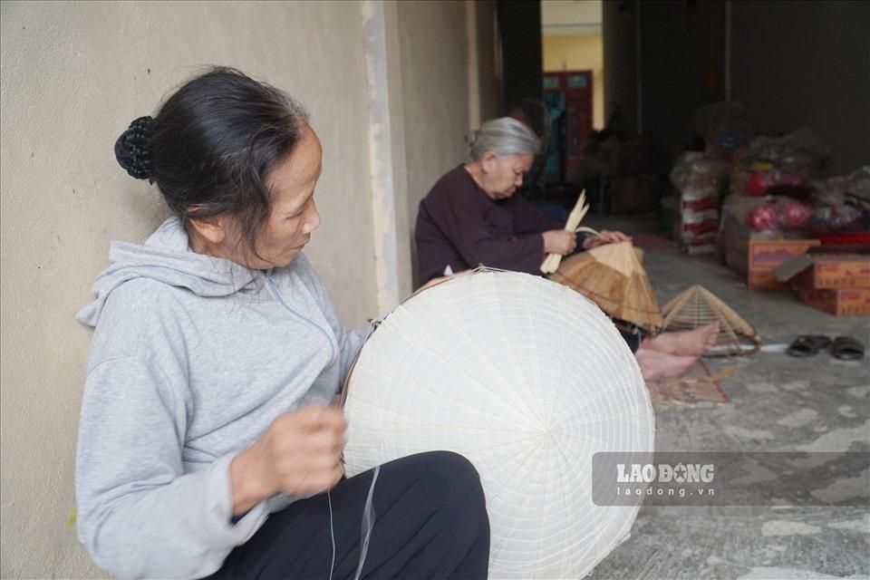 Đến với làng Chuông, không khó để bắt gặp những hình ảnh những cụ bà răng đen nhai trầu ngồi làm nón lá. Người làng Chuông vừa làm nón vừa chuyện trò rôm rả bên chén nước chè xanh thật mộc mạc và giản dị.