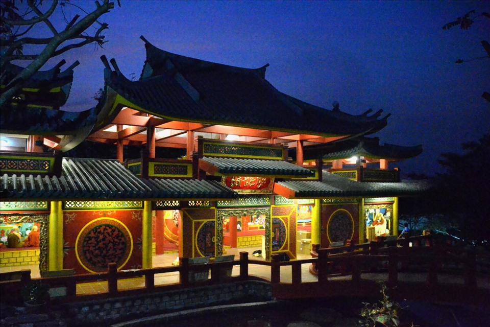 Đền Phật Ngọc trong đêm trăng. Ảnh: Lục Tùng