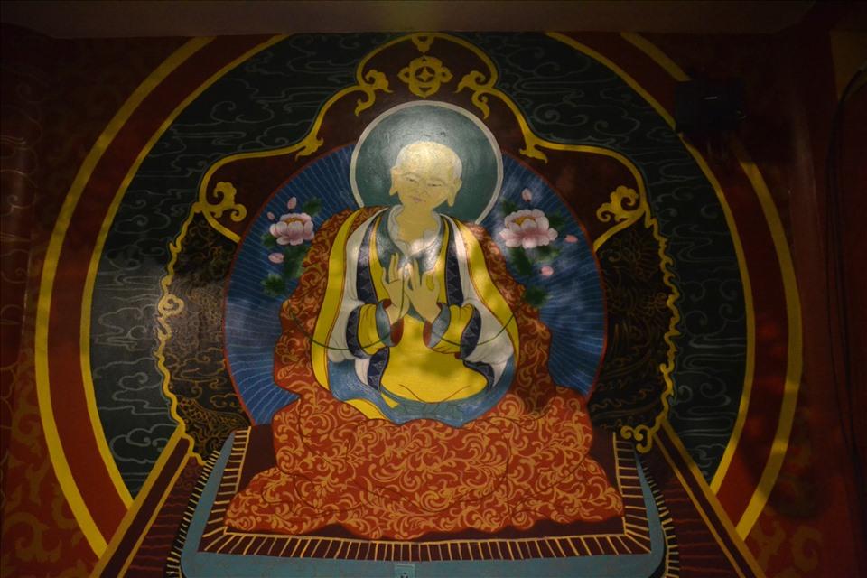 Tranh vẽ tường các vị phật theo Phật giáo Tây Tạng, hình ảnh dễ bắt gặp tại các kiến trúc tôn giáo trong hệ thống Khu du lịch văn hóa tâm linh Bà Chúa xứ- Cáp treo Núi Sam. Ảnh: Lục Tùng