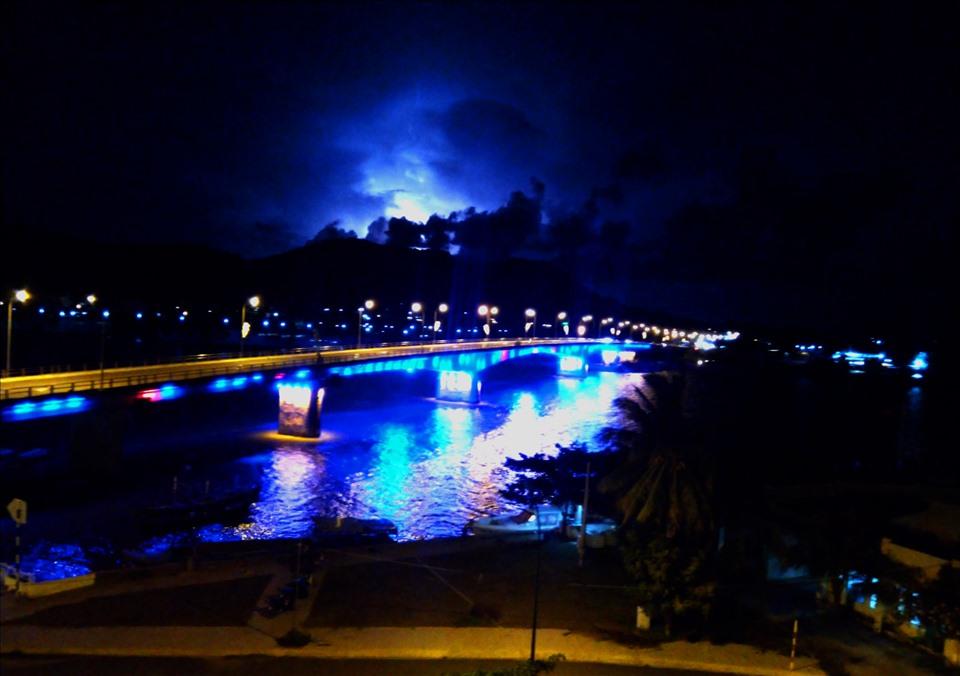 Cầu Tô Châu bắc ngang cửa đầm Đông Hồ đổ ra biển, dẫn vào trung tâm TP. Hà Tiên, vừa là xương sống giao thương, vừa là cảnh quang đẹp của vùng đất Hà Tiên. Ảnh: Lục Tùng