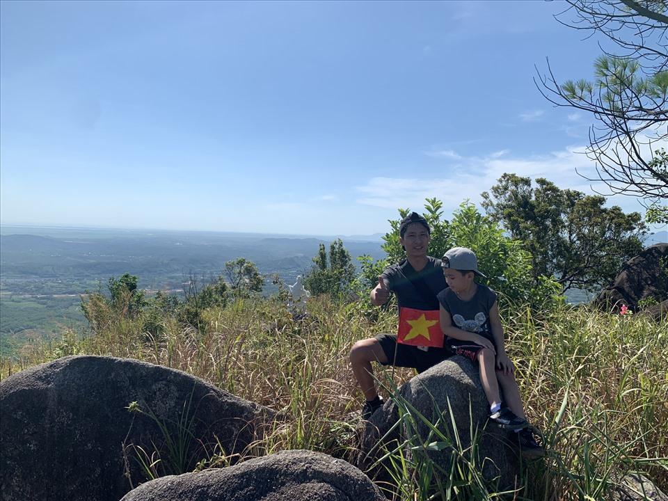 Một bé trai 5 tuổi đã chinh phục thành công núi Kim Phụng cùng gia đình. Ảnh: N. Phương.