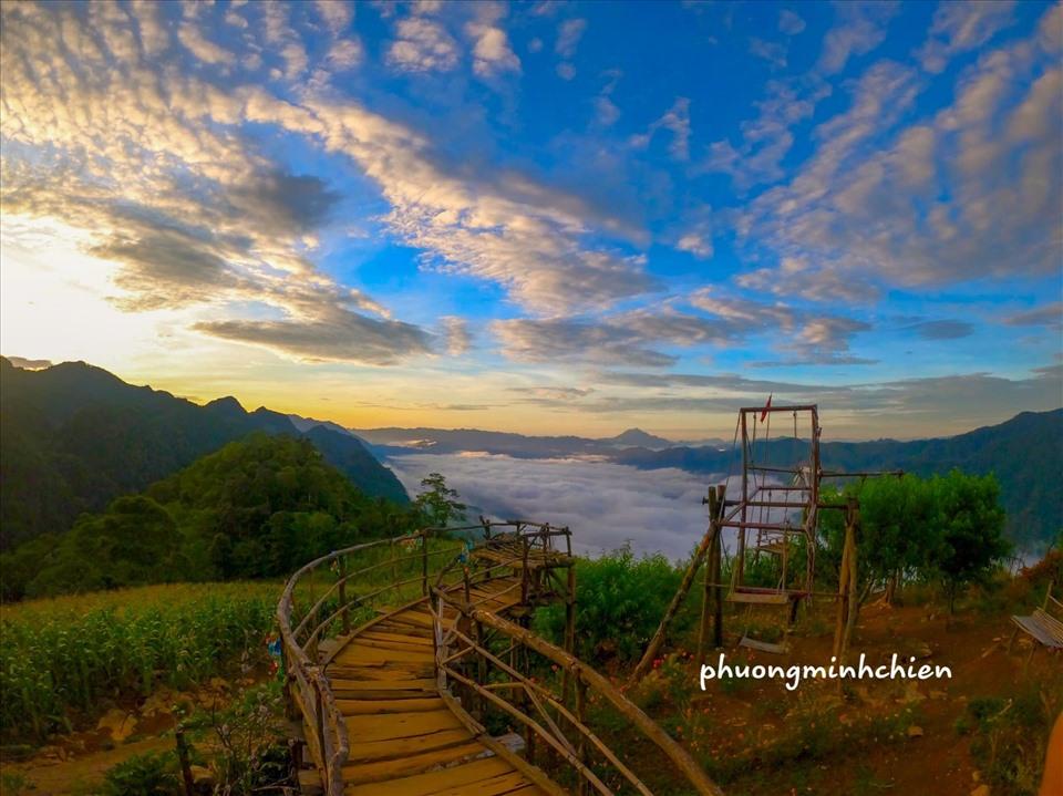 Từ trung tâm huyện Mai Châu, di chuyển khoảng 30 km vượt qua ngọn núi cao chừng 1.200 m so với mực nước biển, khách du lịch sẽ đến được xã Pà Cò, đi khoảng 10 km nữa thì đến xã Hang Kia. Ảnh: Phương Minh Chiến