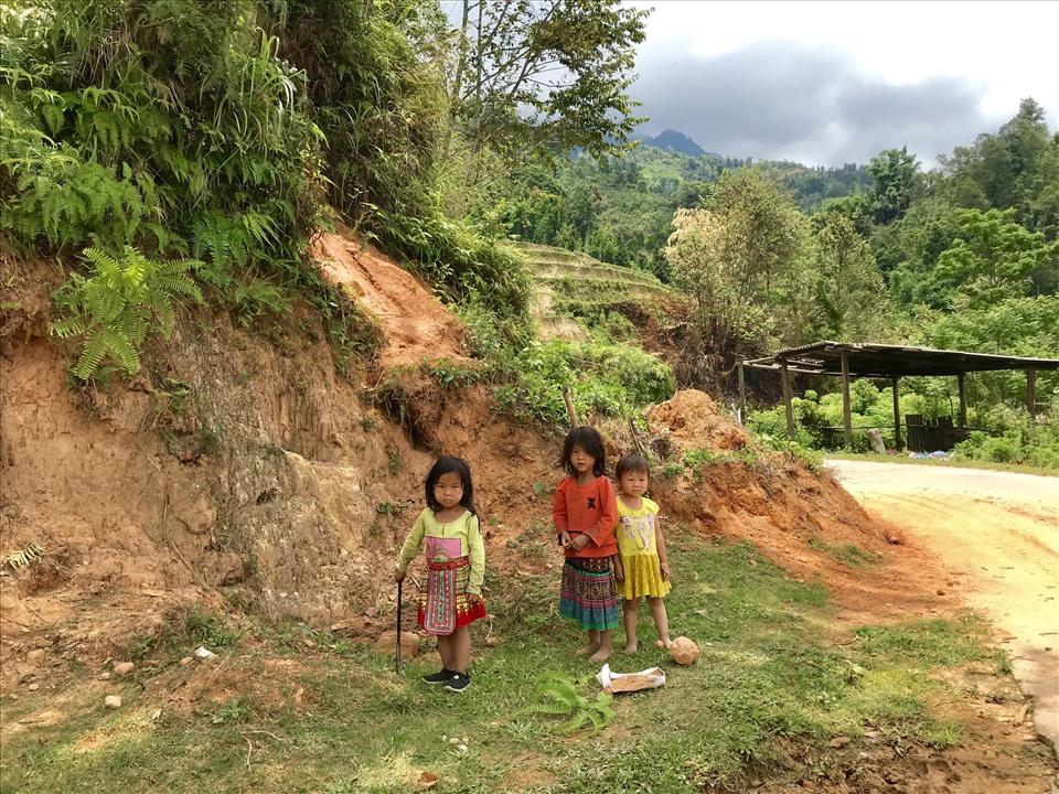 Những đứa trẻ thơ tại Hoàng Su Phì luôn tỏ ra thân thiện khi thấy khách du lịch.