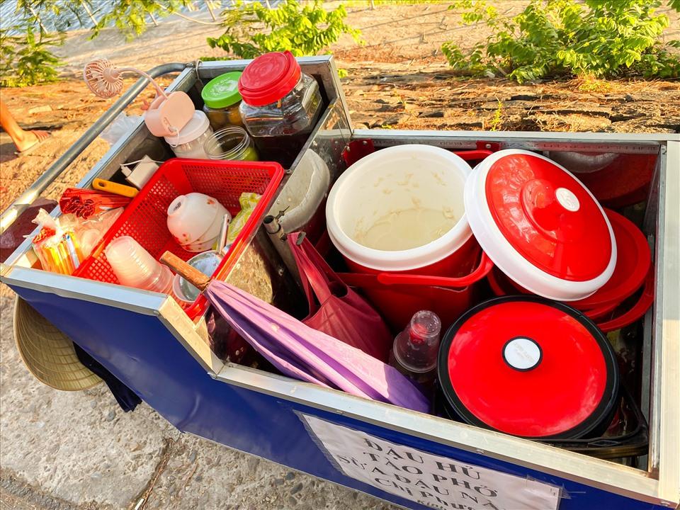 Gánh hàng nhỏ nhưng đầy đủ tất cả các hương vị, nguyên liệu để làm nên một bát đậu hũ phục vụ du khách. Ảnh: Q. Nhi.