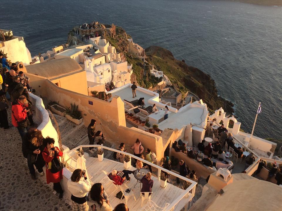 Ngõ làm du lịch (một ngõ đi bộ để ngắm hoàng hôn trên đảo Santorini-Hy Lạp)