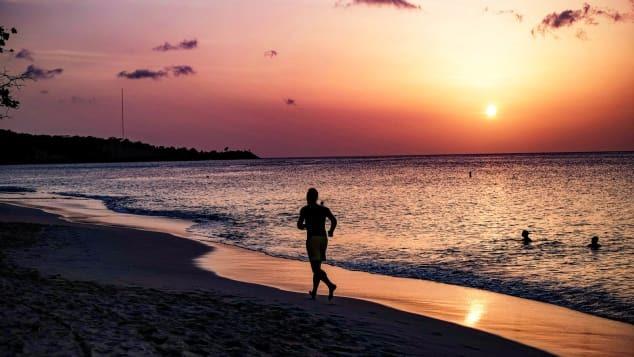 Chạy bộ khi hoàng hôn ở Saint George's, Grenada. Ảnh: Getty Images