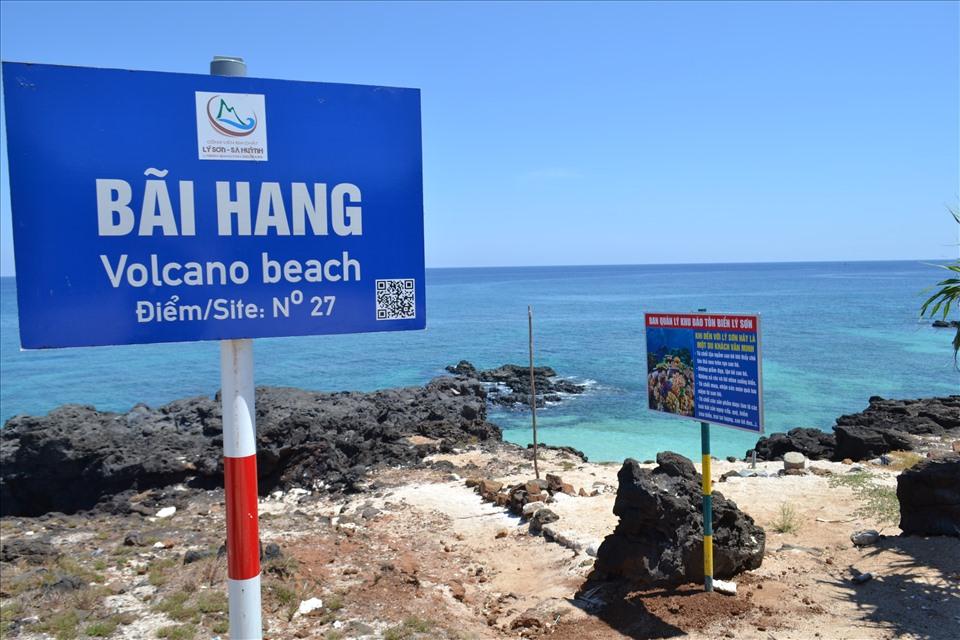 Bãi Hang, nơi mà bất kỳ du khách nào đến đảo Bé đều đặt chân đến để tắm biến trong làn nước trong xanh, nhưng nay không một bóng người.