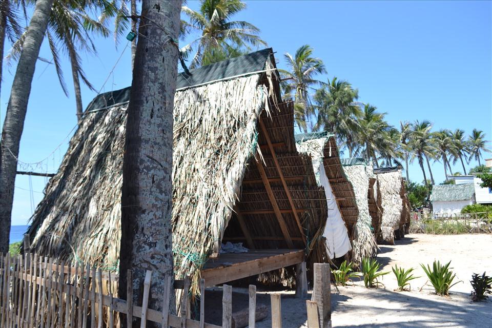Các homestay ở đảo Bé từng kín phòng giờ cửa đóng, then cài. Nếu không có dịch bệnh thì mùa du lịch các cơ sở kinh doanh lưu trú, dịch vụ ăn uống ở đảo Bé có thể kiếm hơn trăm triệu đồng. Nay dịch bệnh, khách du lịch không ra đảo khiến tài chính của người dân dần cạn kiệt.