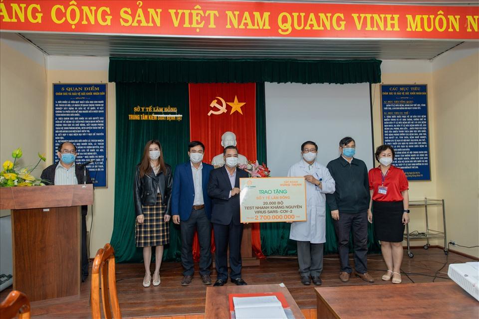 Ông Lê Hồng Việt - Phó Chủ tịch Tập đoàn Hưng Thịnh trao tặng 20.000 bộ kit xét nghiệm nhanh SARS-CoV-2 cho đại diện Sở Y tế tỉnh Lâm Đồng