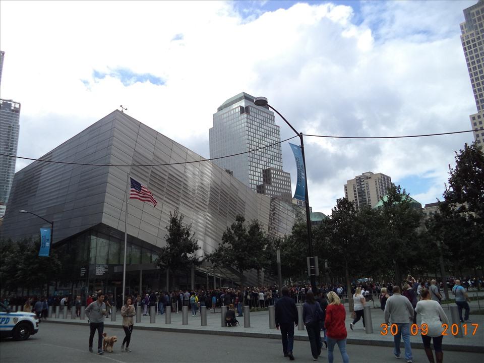 Bảo tàng đặt tại khu vực Trung tâm Thương mại Thế giới - WTC, vị trí cũ của tháp đôi đã bị phá hủy trong cuộc tấn công ngày 11.9.