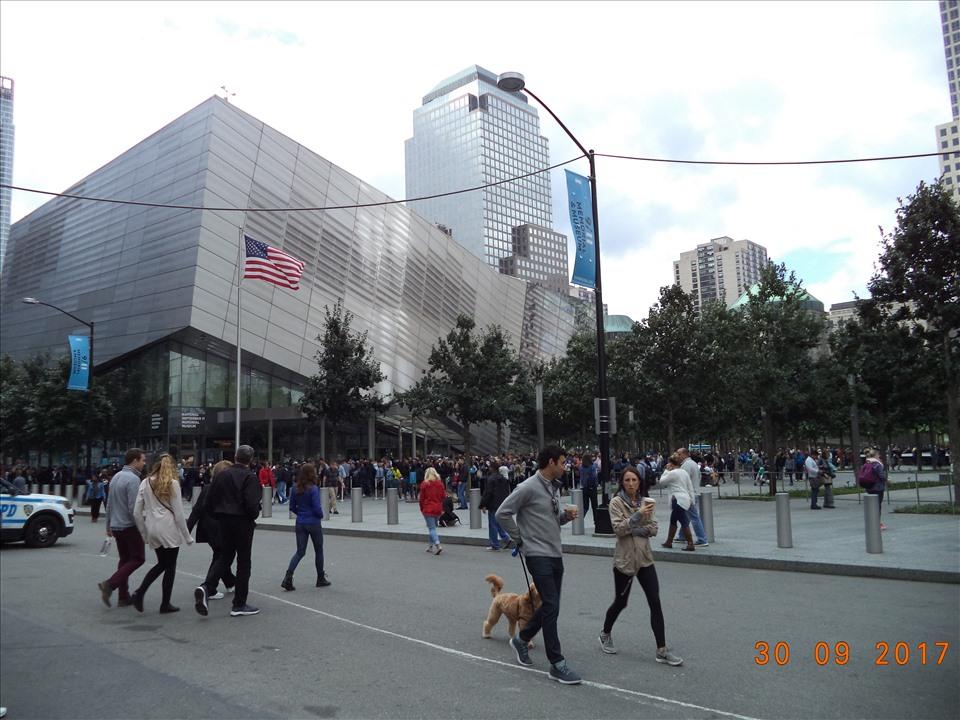 Bảo tàng tưởng niệm quốc gia ngày 11 tháng 9 (The National 9/11 Memorial & Museum - New York), tọa lạc tại 180 Đường Greenwich, Trung tâm thương mại thế giới, New York.