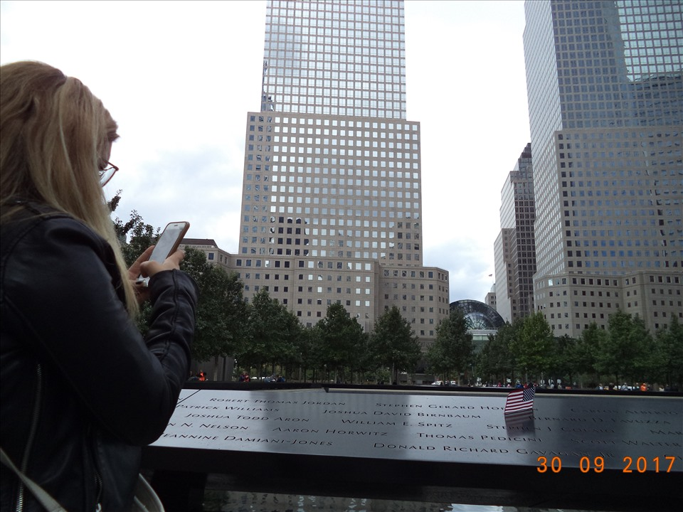 Trên bờ  hồ  - lan can bằng đồng khắc tên 2977 nạn nhân thiệt mạng trong vụ tấn công ngày 11.9.2001 và 6 người trong vụ đánh bom ngày 26.2.1993.
