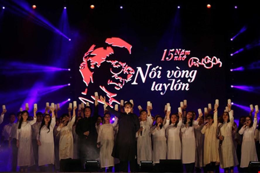 """Biểu diễn """"Nối vòng tay lớn"""" trong đêm nhạc tưởng nhớ 15 năm ngày mất nhạc sĩ Trịnh Công Sơn tại TPHCM. Ảnh: BTC"""