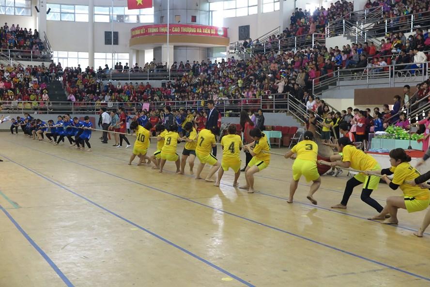 CN Cty TNHH Jackjin Việt Nam tham gia trò chơi kéo co. Ảnh: H.Tuấn