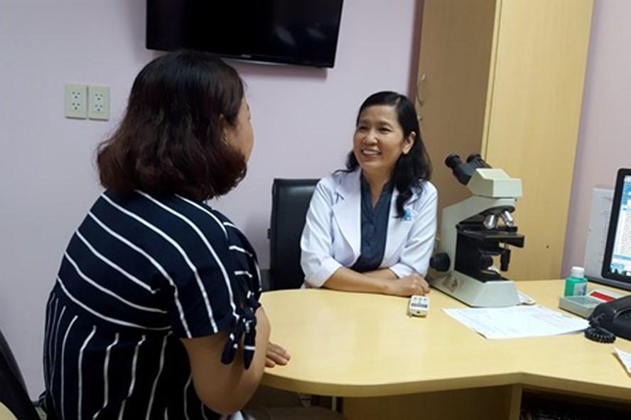 BS Kiều Dung tư vấn cho phụ nữ lấy lại vóc dáng sau sinh (ảnh K.Q)