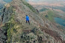 Thót tim cảnh du khách chinh phục đỉnh núi theo cách đáng sợ nhất
