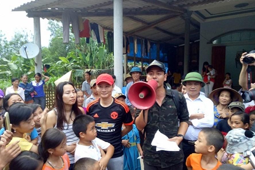 MC Phan Anh tặng quà và nói chuyện với người dân vùng lũ Hương Khê. Ảnh minh họa từ Internet.